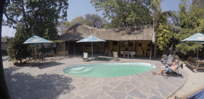 Pool und Bar vom Lusaka Backpackers