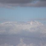 Der Kilimandscharo taucht über den Wolken auf