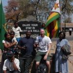 Manchmal ist man auch eine Attraktion - vor den Falls in Simbabwe