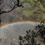 Die Gischt erzeugt diesen Regenbogen