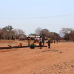Einheimische bei der Wasserbesorgung