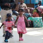 Kinder spielen im Bahnhof