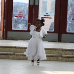 Kleines Mädchen springt in der Eingangshalle
