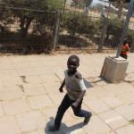 Junge läuft hinter dem Zug her