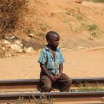 Junge auf den Gleisen