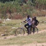 Drei Kids teilen sich ein Rad