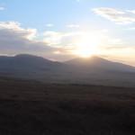 Die Sonne strahlt über den Bergen