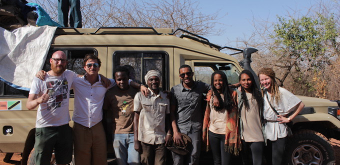 Gruppenfoto vor einem Safarijeep