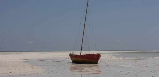 Boot bei Ebbe gestrandet