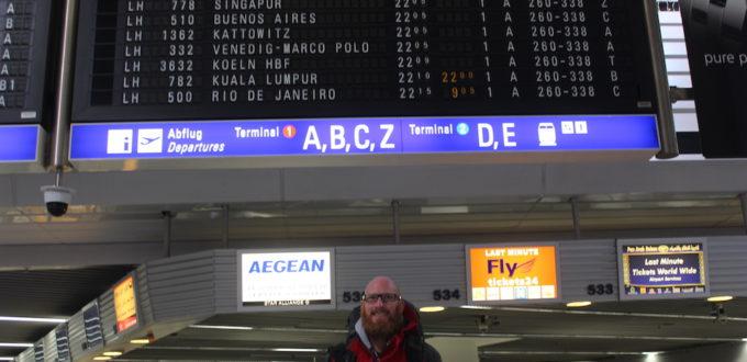 Ich vor der Zeittafel im Frankfurter Flughafen
