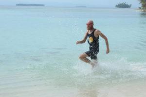 Ich laufe durch das Wasser am Strand
