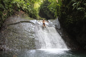 Ich rutsche den Wasserfall runter
