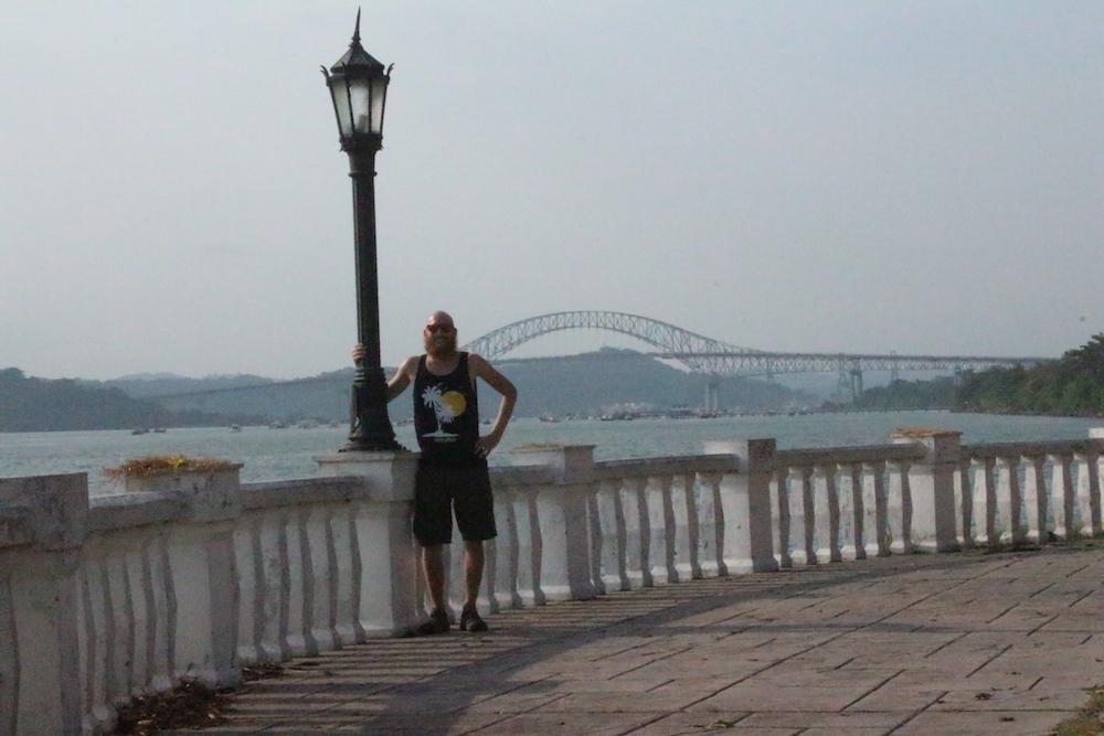 Ich mit der Brücke der Amerikas im Hintergrund